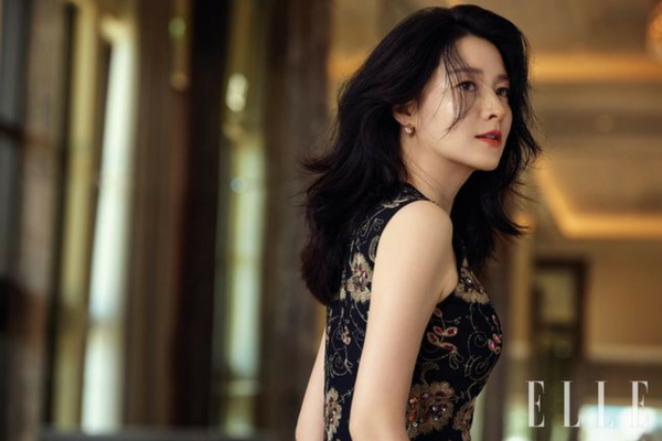 Lee Young-ae is an Unchanging Beauty in Photoshoot With 'Elle'