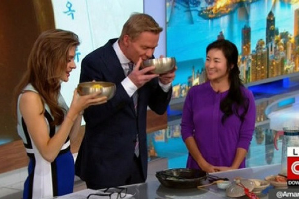 Joining the Sudden Craze, CNN Hosts Try Pyongyang Style Cold Noodles