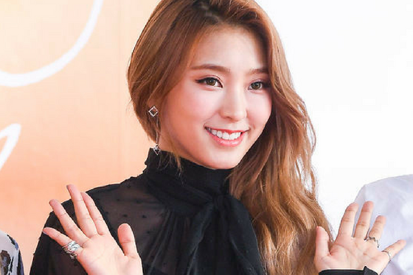 Bora Fills in for Lee Seung-Gi as Special MC on Mnet 'Produce 48'