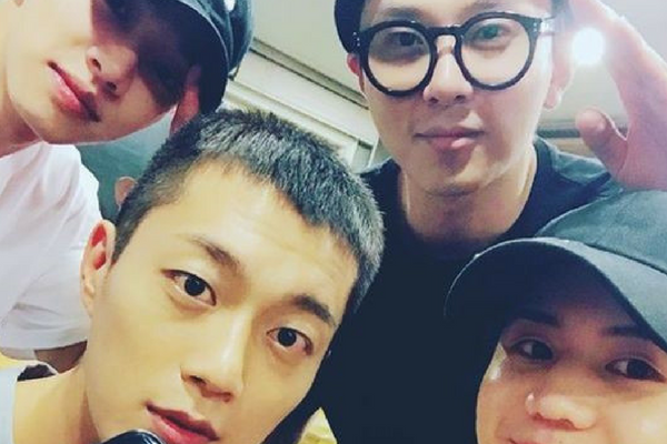 Highlight Members See Yoon Doo-Joon Off with Sweet Messages