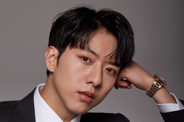 CNBLUE Lee Jung-Shin Greets Fans Before the Holidays