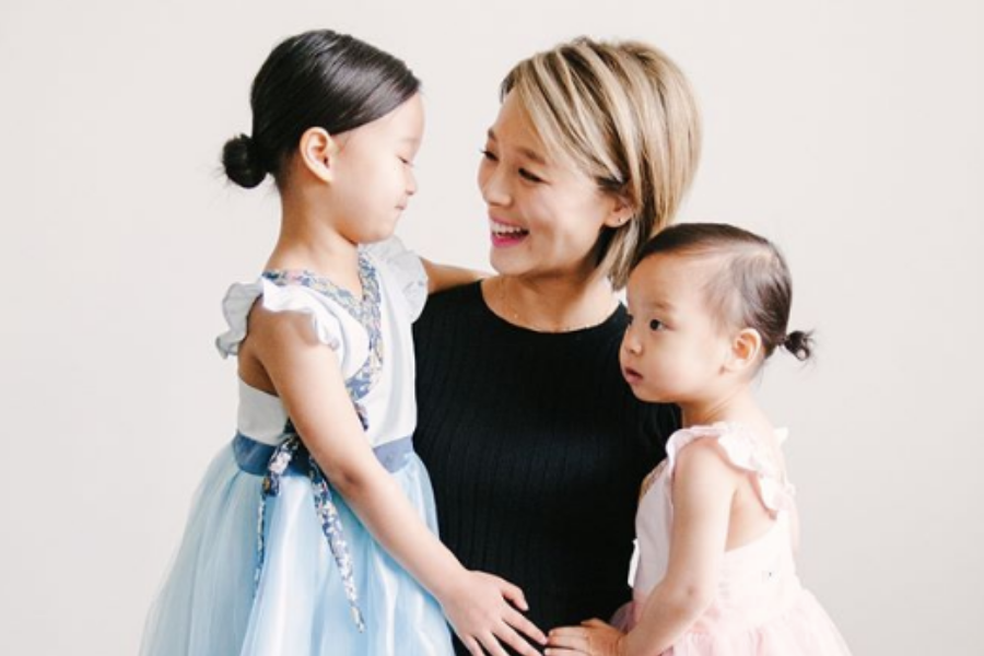 Former Wonder Girls Member Sunye Takes Maternity Photos with Two Daughters