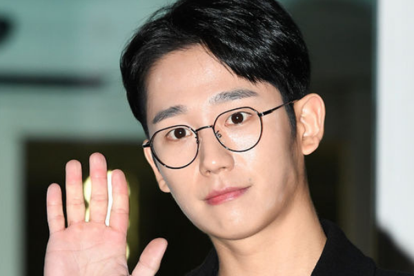 [HOT CLIP] Actor Jung Hae-In Sweetly Accepts Fans' Gifts at Airport