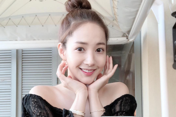 Park Min-young Sends Adorable Greetings for Lunar New Year