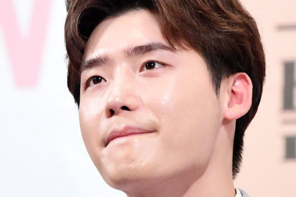 Lee Jong-Suk Will Not Attend 'Romance Is a Bonus Book'  After Party Due to Military Enlistment